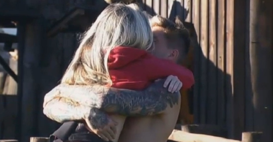 05.jul.2013 - Mateus carrega Bárbara e os dois se beijam na manhã desta sexta-feira