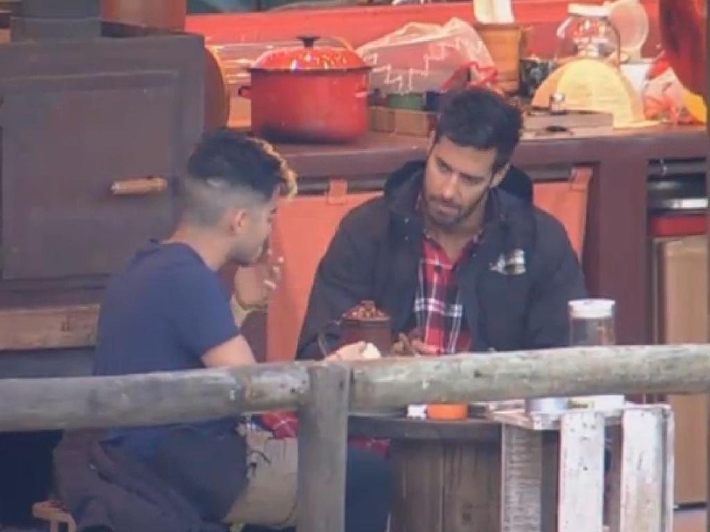 05.jul.2013 - No celeiro, Beto Malfacini e Yudi Tamashiro tomam café da manhã