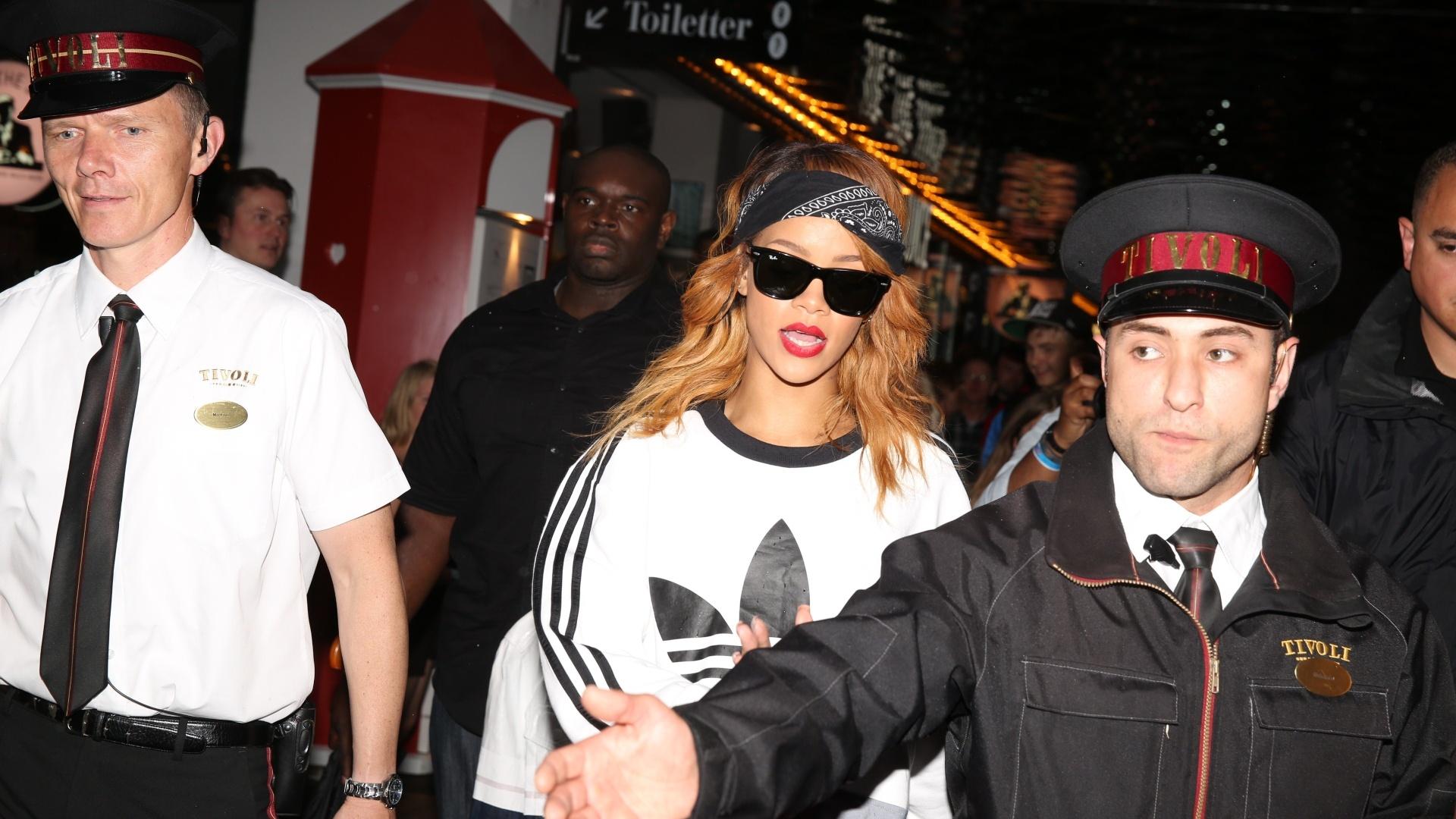 4.jul.2013 - A cantora Rihanna visita o parque de diversões e jardim Tivoli em Copenhagen, na Dinamarca. A intérprete de