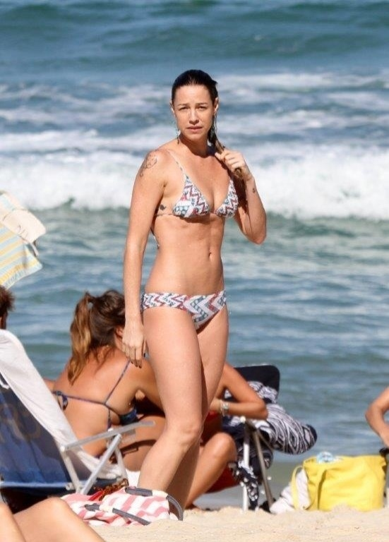 5.jul.2013 - Luana Piovani caminha na praia do Leblon, na zona sul do Rio