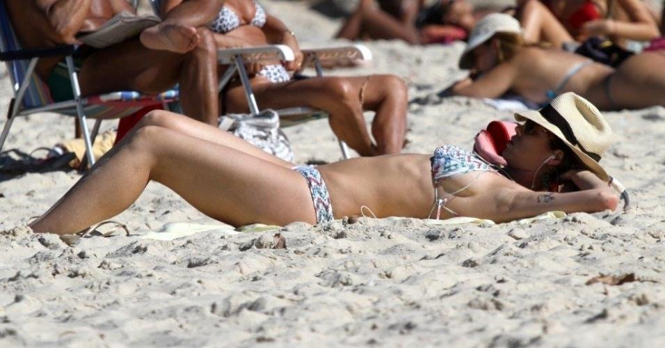 5.jul.2013 - Luana Piovani exibe ótima forma ao se bronzear na praia do Leblon, na zona sul do Rio