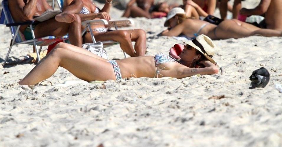 5.jul.2013 - Luana Piovani se bronzeia na praia do Leblon, na zona sul do Rio