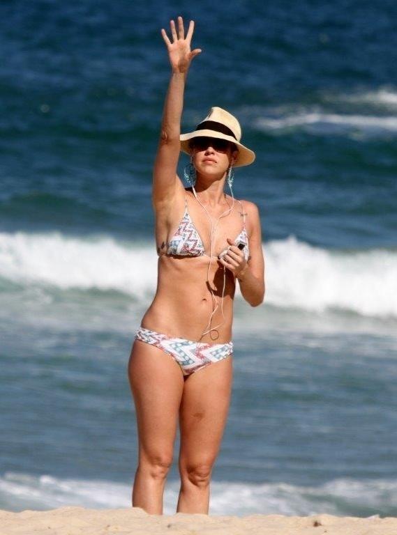 5.jul.2013 - Luana Piovani vai à praia do Leblon, na zona sul do Rio