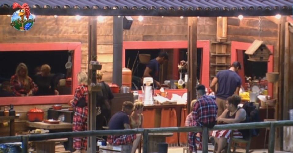 5.jul.2013 - Peões que estão no celeiro  recebem a visita dos colegas da casa e jantam do lado de fora