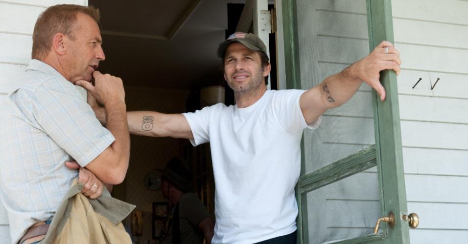 """O ator Kevin Costner e o diretor Zack Snyder no set de filmagens de """"O Homem de Aço"""""""