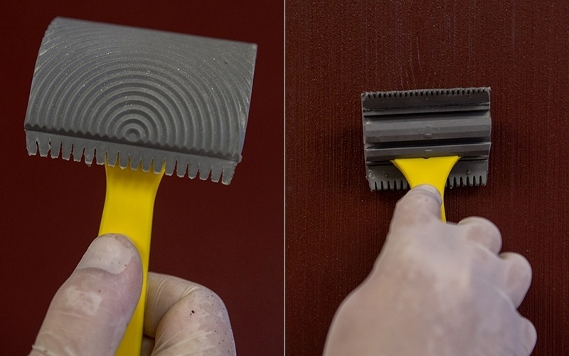Passo a passo - pintura de parede feita com massa, escova e carimbo parece madeira