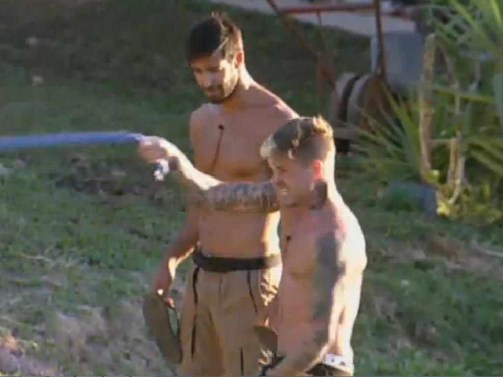 06.jul.2013 - Orientado por Beto, Mateus treina braços usando corda