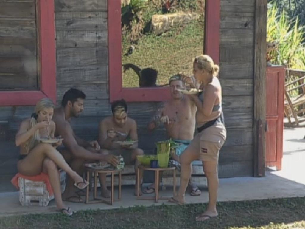 6.jul.2013 - Já sem tanta mordomia, a equipe Avestruz improvisa o almoço do lado de fora do celeiro.