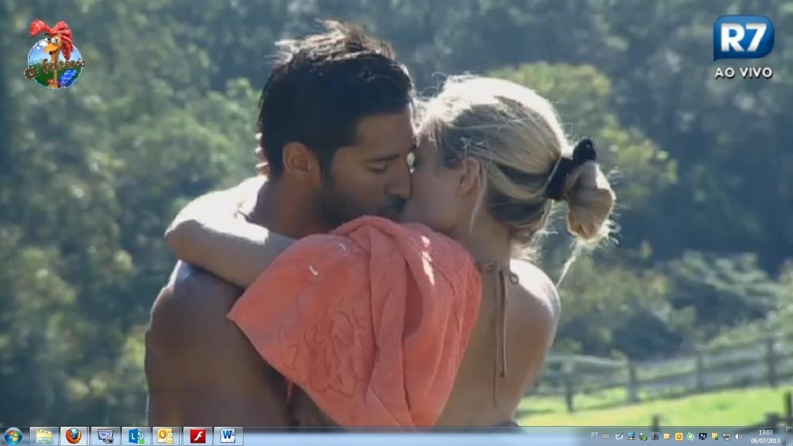 6.jul.2013 - O clima esquenta entre Beto e Aryane, e os dois se beijam do lado de fora do celeiro.