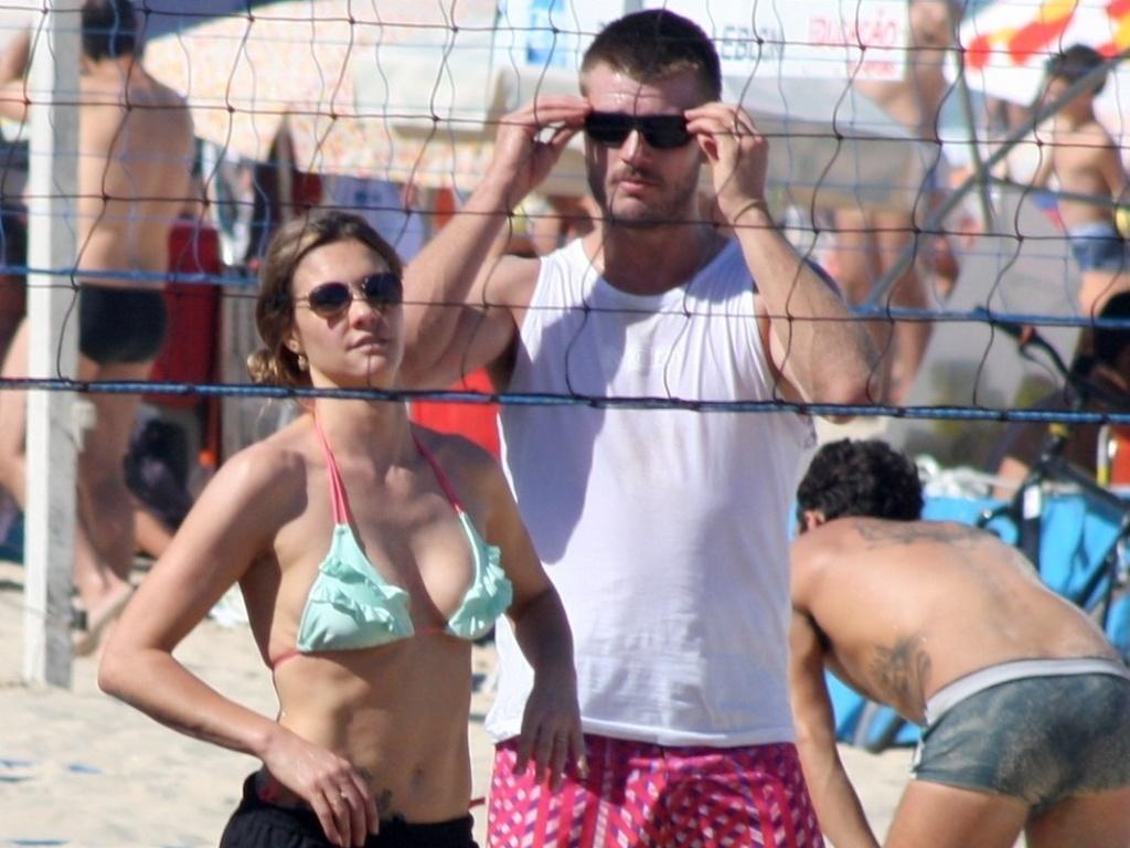 Fernanda Lima e Rodrigo Hilbert na praia 01