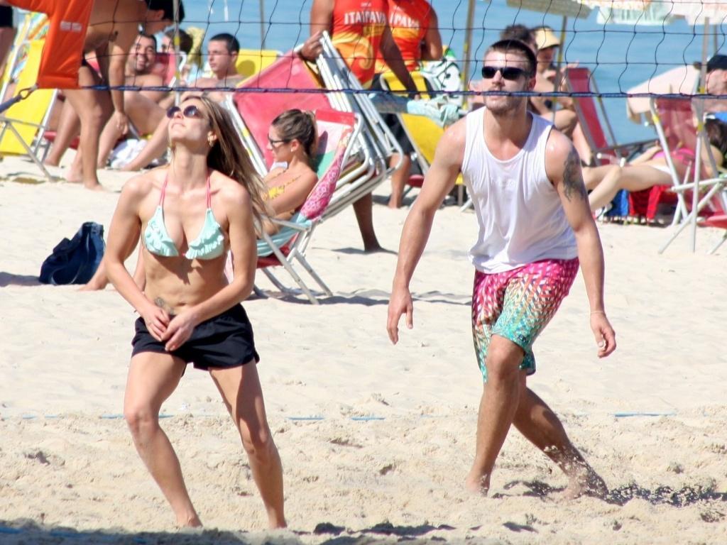 Fernanda Lima e Rodrigo Hilbert na praia 02