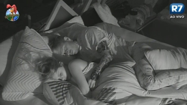 06.jul.2013 - Mateus Verdelho e Bárbara Evans dormem de conchinha