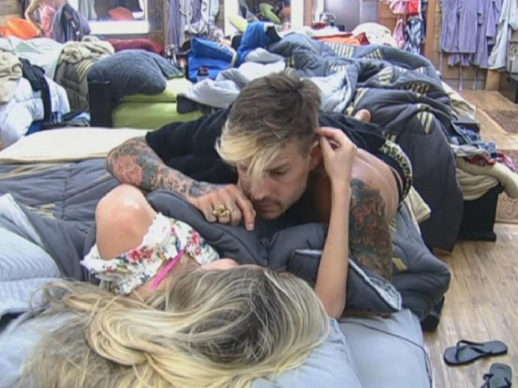 07.jul.2013 - Mateus recebe os carinhos de Bárbara Evans na tarde deste domingo