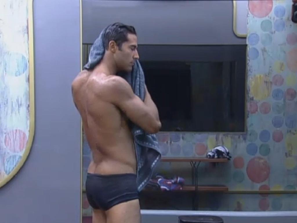 08.jul-2013 - Beto Malfacini exibe a boa forma em banho na tarde desta segunda-feira
