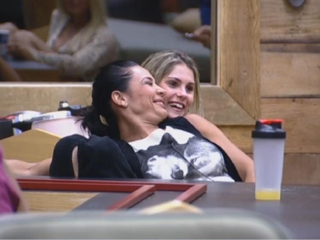 08.jul-2013 - Scheila Carvalho e Bárbara Evans esperam para realizar atividade na tarde desta segunda-feira