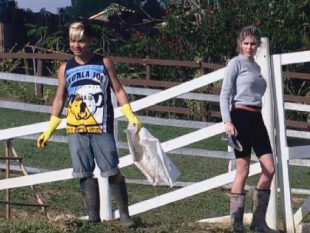 08.jul-2013 - Yudi e Bárbara limpam a área das aves na manhã desta segunda-feira