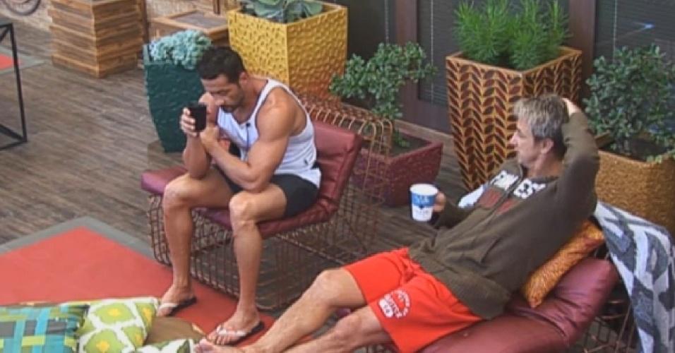 08.jul.2013 - Marcos Oliver e Paulo Nunes falam mal de peões na varanda