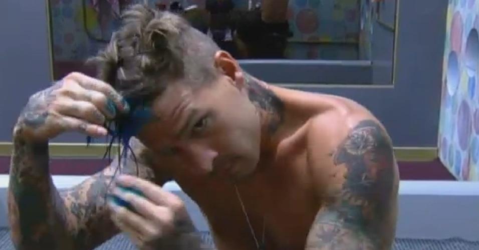08,jul.2013 - Mateus pinta cabelo de azul