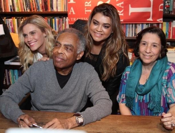 8.jul.2013 - Carolina Dieckmann e Preta Gil posam com Gilberto Gil e a jornalista Regina Zappa durante o lançamento da biografia
