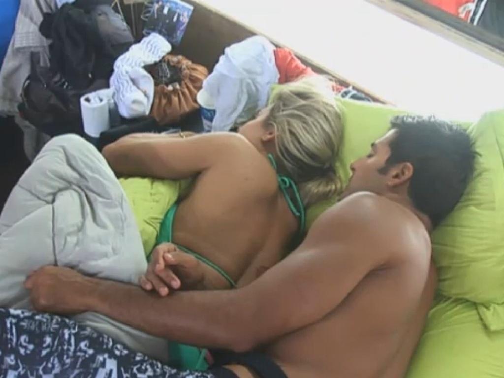 8.jul.2013 - Enquanto isso, Aryane, que está na roça, e Beto deitam em clima de romance