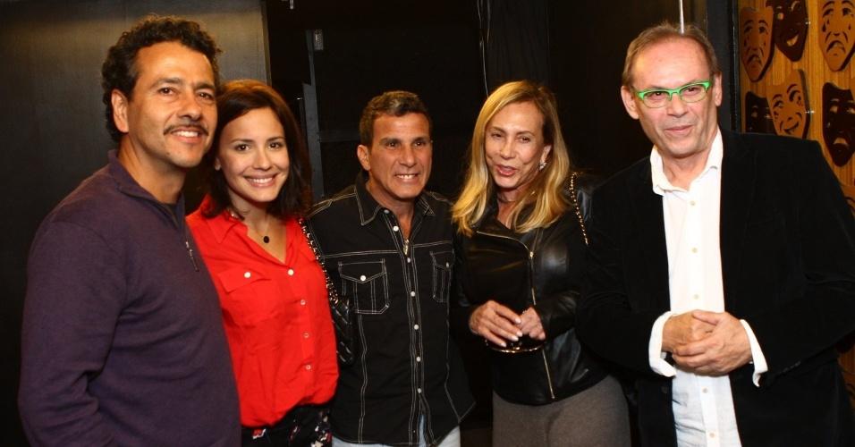 8.jul.2013 - Os atores Marcos Palmeira, Juliana Knust, Eri Johnson, Arlete Salles e José Wilker conversam na estreia da peça