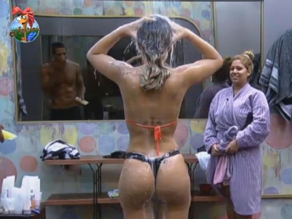 9.jul.2013 - Andressa toma banho enquanto conversa com Beto e Yani