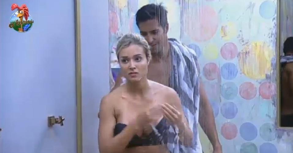 9.jul.2013 - Durante banho, Aryane diz que acha que só Scheila quer que ela volta da roça