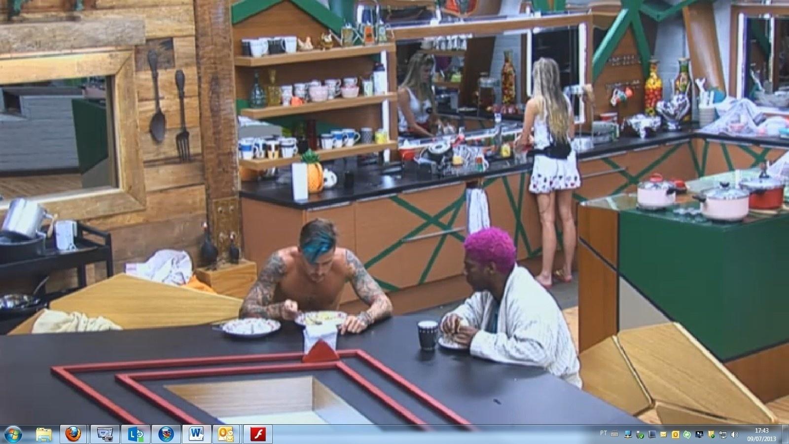 9.jul.2013 - Ivo, Mateus e Bárbara fazem um lanche na cozinha antes da eliminação