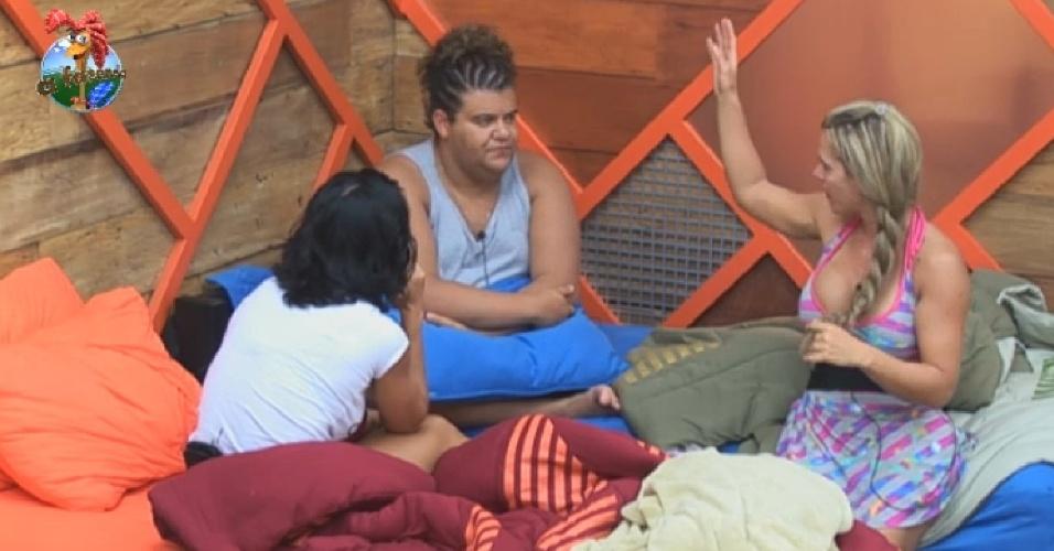 9.jul.2013 - Gominho, Scheila e Denise conversam sobre amigos famosos no quarto
