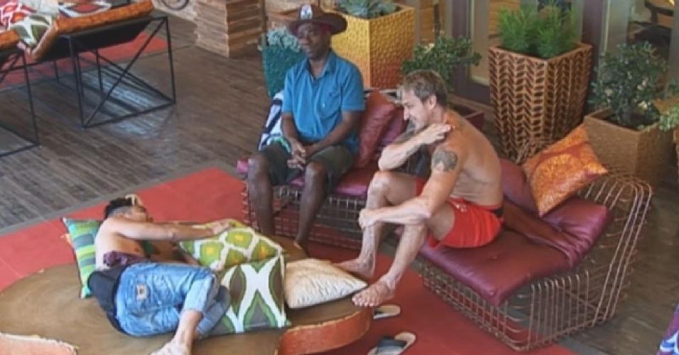 9.jul.2013 - Ivo Meirelles, Paulo Nunes e Yudi comentam comportamento de Beto com relação à Aryane