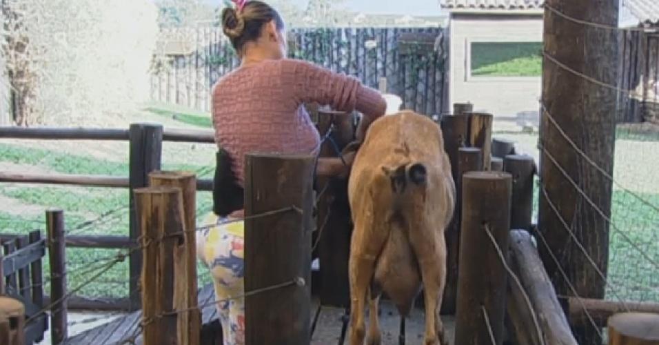 9.jul.2013 - Já Andressa não teve tanta sorte assim, e sofreu um pouco até conseguir controlar a cabra para a ordenha