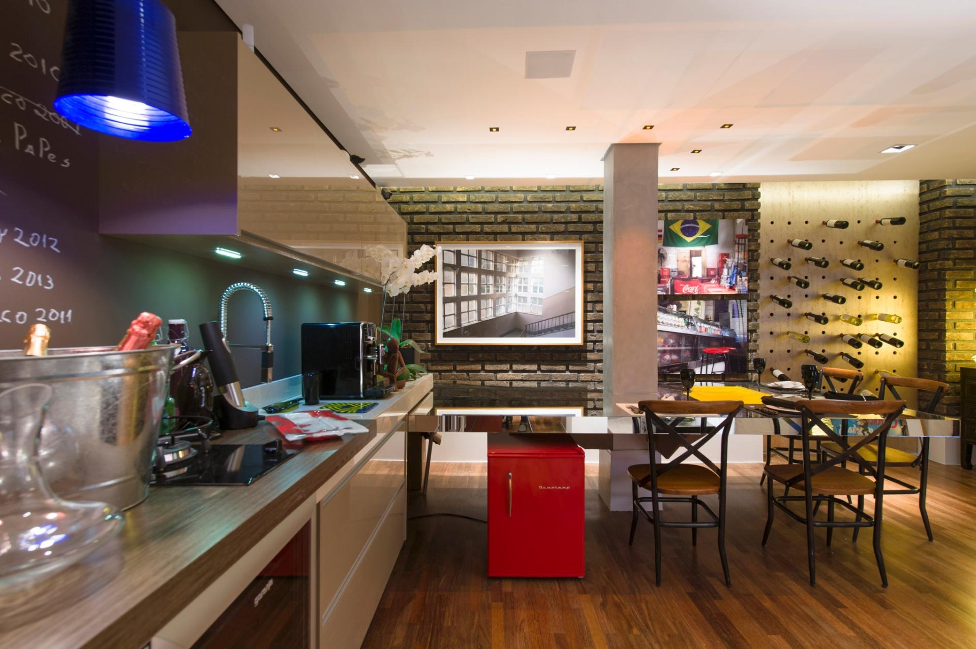 A Sala de Vinhos, assinada por Gustavo Paschoalim, comporta uma bancada de cozinha unida à mesa de jantar. A 27ª Casa Cor SP segue até dia 21 de julho de 2013, no Jockey Club de São Paulo