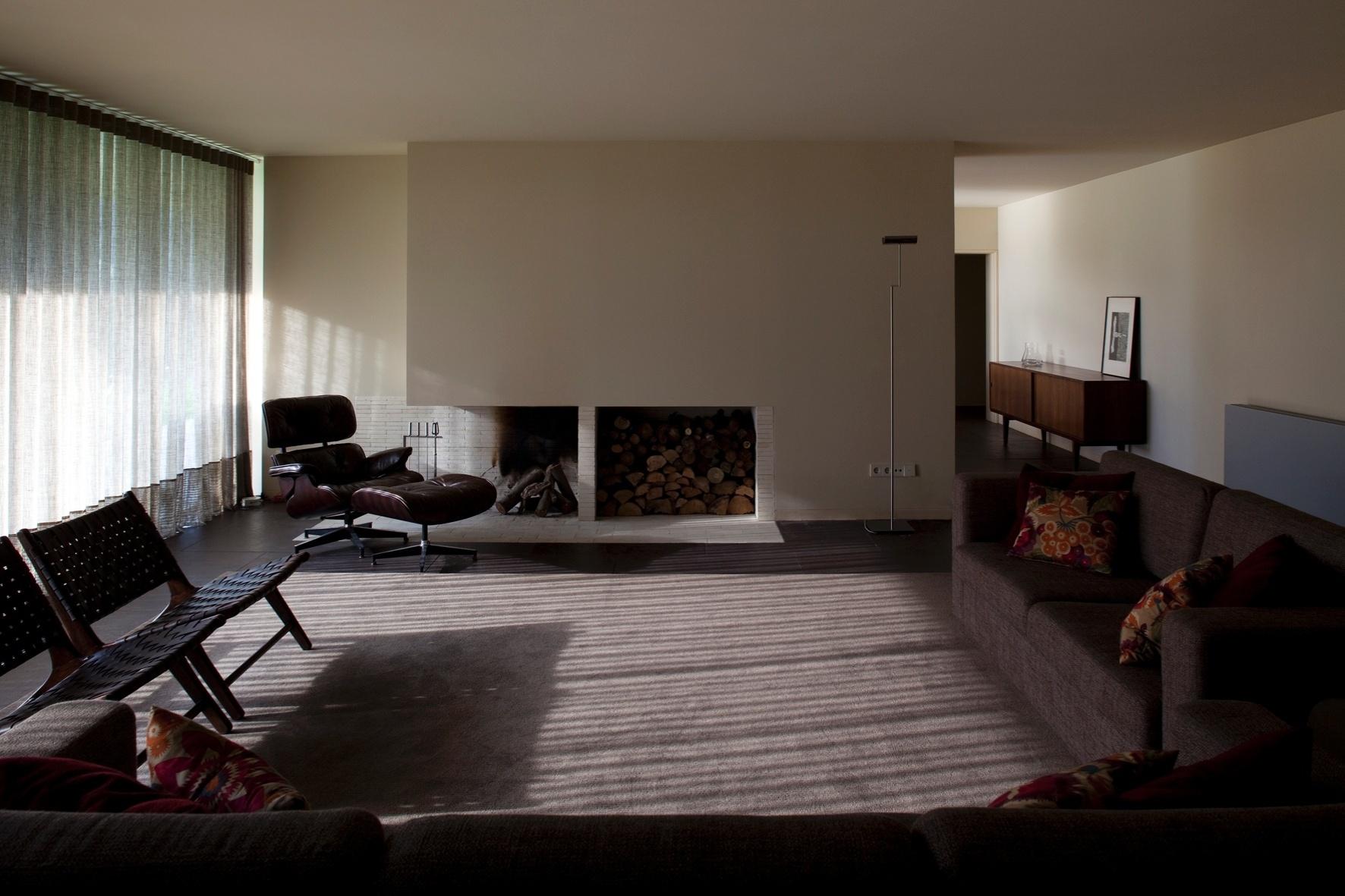 Na RF House, a sala de estar é sóbria e conta com uma lareira para aquecer os usuários nos dias mais frios. A casa, projetada pelo arquiteto Nuno Graça Moura, foi erguida em Marco de Canaveses, no norte de Portugal