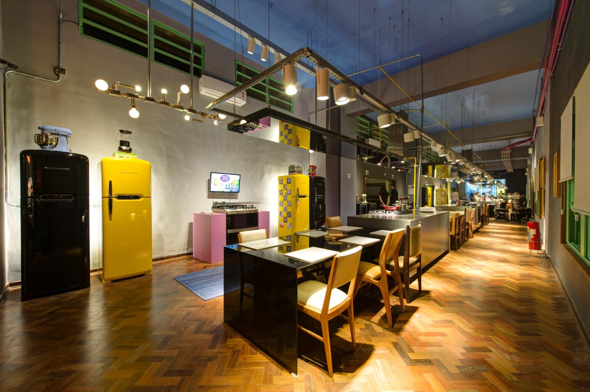O Lounge Gourmet, desenhado por Gustavo Calazans, é dividido em quatro ilhas e mesas alinhadas, formando grandes bancadas. A 27ª Casa Cor SP segue até dia 21 de julho de 2013, no Jockey Club de São Paulo
