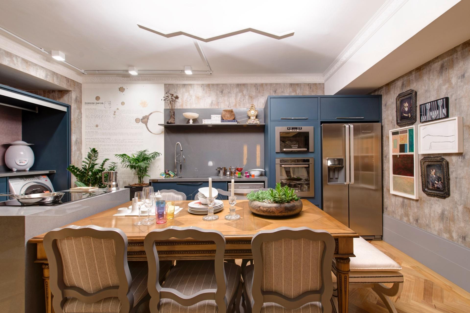 Para compor a cozinha do Loft Urbano, o escritório In House Designers de Interiores harmonizou modernos eletrodomésticos ao design clássico da mesa e das cadeiras. A 27ª Casa Cor SP segue até dia 21 de julho de 2013, no Jockey Club de São Paulo