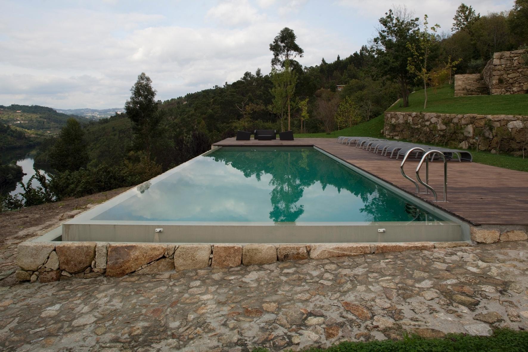 Tirando proveito do relevo acidentado, a piscina de borda infinita e o deck foram projetados de forma a permitir a seus usuários uma vista panorâmica para o rio Tâmega e os verdes campos. A RF House foi projetada por Nuno Graça Moura em Marco de Canaveses, no norte de Portugal