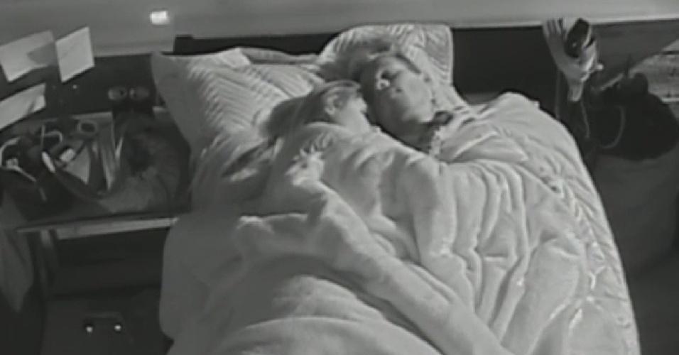 10.jul.2013 - Mateus e Bárbara dormem agarradinhos na manhã desta quarta-feira (10)