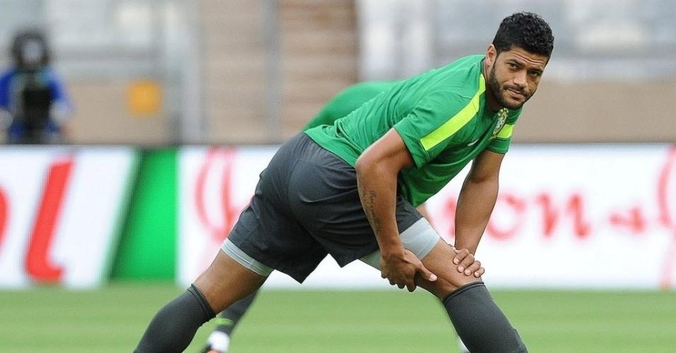 25.jun.2013 - Hulk se alonga durante treinamento para Copa das Confederações, no estádio Minas Arena, em Belo Horizonte