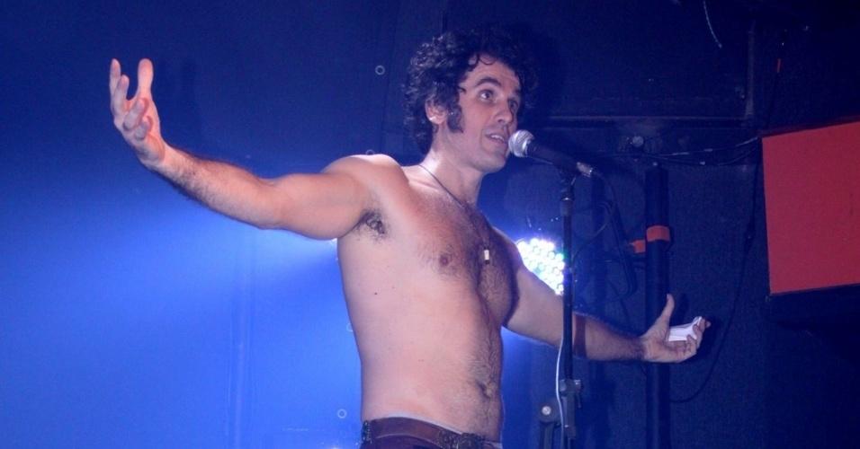 8.jul.2013 - O ator Eriberto Leão interpreta o vocalista da banda The Doors, Jim Morrison, no musical