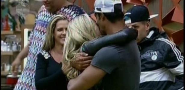 9.jul.2013 - Ao ser recebida com festa pelos peões, a loira se emocionou e correu para os braços do amado, Beto Malfacini