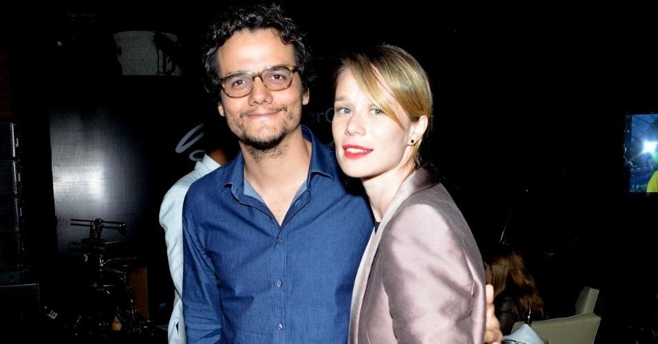 9.jul.2013 - Wagner Moura e Mariana Ximenes no show de Bebel Gilberto no Hotel Fasano, em Ipanema, Rio de Janeiro