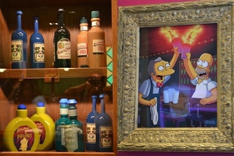 """A decoração da Taverna do Moe foi planejada com grande nível de detalhamento, recriando um ambiente fiel ao da série de TV """"Os Simpsons"""". O local faz parte da área de expansão do Universal Studios Florida e fica em uma nova área de alimentação"""