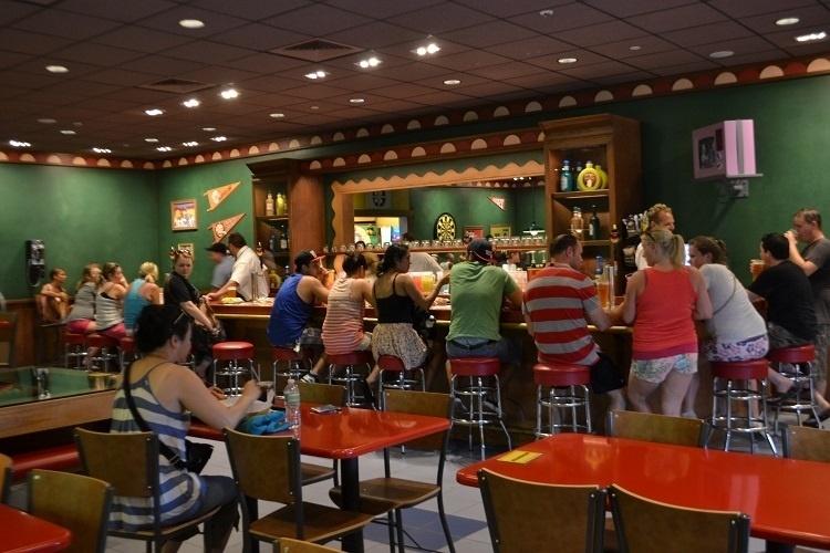 """A decoração da Taverna do Moe recria em detalhes o famoso bar do seriado de TV """"Os Simpsons"""" no Universal Studios Florida. O local faz parte da área de expansão do parque temático e fica em uma nova área de alimentação"""