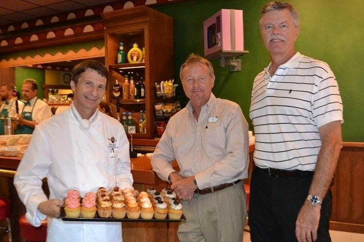 A partir da esquerda, Steve Jayson (chef executivo do Universal Parks and Resorts), Ric Florrell (vice-presidente sênior e gerente geral de operações do Universal Orlando Resort) e Mike West (produtor executivo do Universal Creative Studio), três dos responsáveis pelo projeto de expansão do parque de Orlando