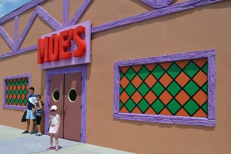 """A Taverna do Moe é um dos destaques da área de alimentação inaugurada no Universal Studios Florida. O parque temático se inspirou no seriado de TV """"Os Simpsons"""" para sua nova área de entretenimento"""