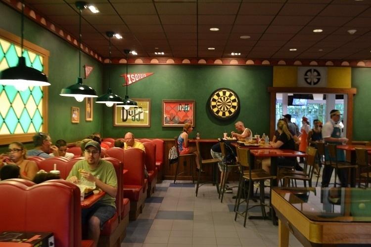 A Taverna do Moe simula com muito realismo o bar da fictícia cidade dos Simpsons. O local projetado para dar suporte à nova área de alimentação no Universal Studios Florida acabou se tornando uma atração à parte