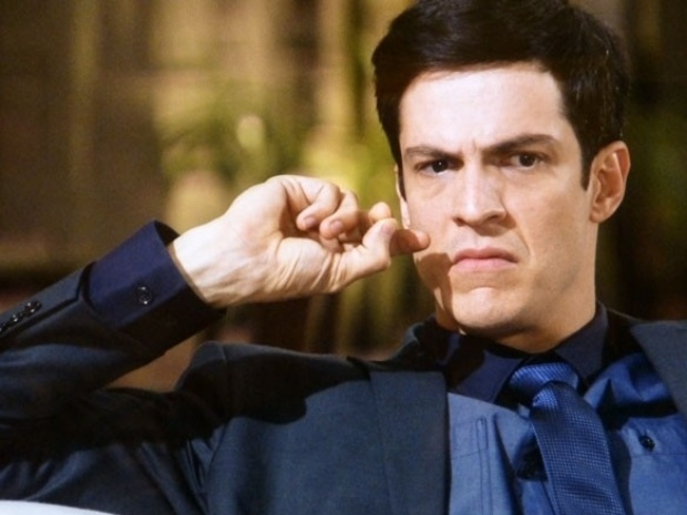 """Em """"Amor à Vida"""", Félix fica intrigado ao descobrir que Atílio assinou cheque como Alfredo Gentil"""