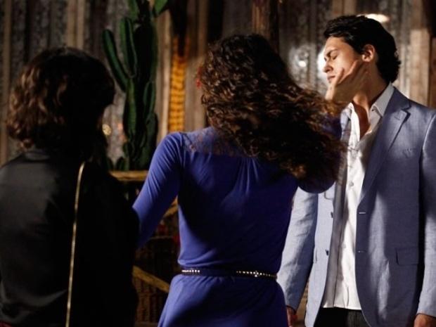 """Em """"Flor do Caribe"""", Tais vê Hélio com Mila e dá um tapa no rosto do ex"""