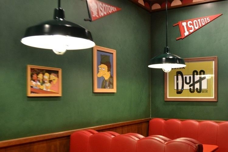 """No interior da Taverna do Moe é possível degustar a tradicional cerveja Duff acompanhada de deliciosos petiscos. O bar é uma réplica perfeita do estabelecimento apresentado na série de TV """"Os Simpsons"""", no Universal Studios Florida"""