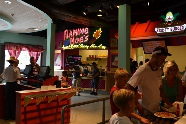 """Nova praça de alimentação do Universal Studios Florida, baseada na série de TV """"Os Simpsons"""". No Flaming Moe's estão disponíveis as bebidas, inclusive a famosa cerveja Duff e o enigmático drink que dá nome ao local. Já os famosos sanduíches da série de TV podem ser degustados no Krusty Burger"""